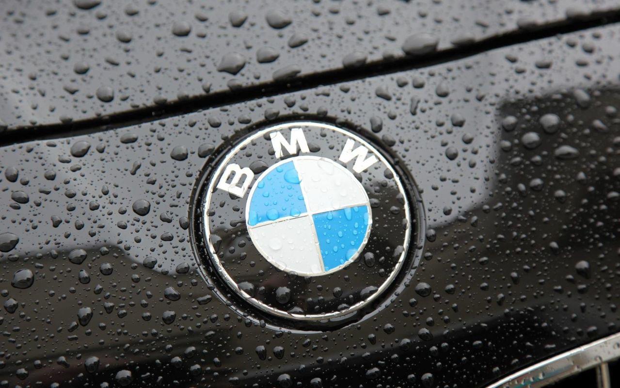 логотип bmw в виде смайла